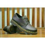 Sepatu casual pria Dr. Martens
